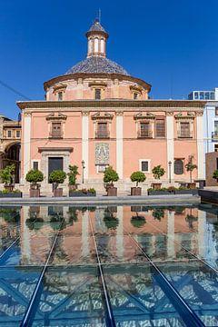 Basilica de la Virgen met weerspiegeling in het water in Valencia van Marc Venema