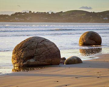 Moeraki Boulders @ Sunrise van Keith Wilson Photography