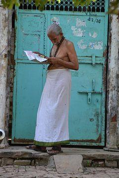 Indiase man leest krant von Petra van der