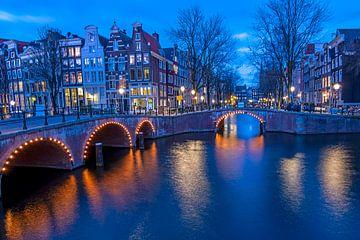 Stadsgezicht van Amsterdam aan de Keizersgracht bij avond van Nisangha Masselink