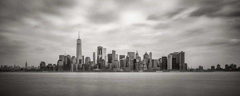 New York - Manhattan skyline in zwartwit van Toon van den Einde