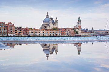 Spiegeling van Venetië in het water van Arja Schrijver Fotografie