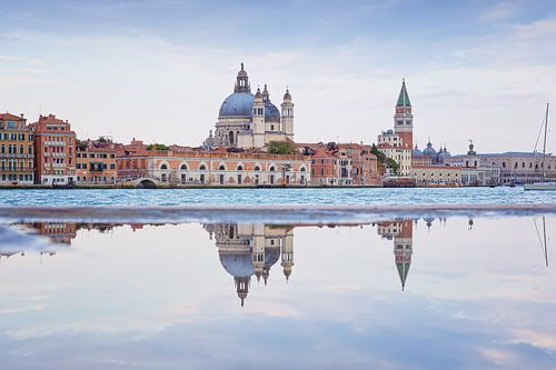 Spiegeling van Venetië in het water
