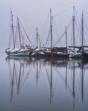 Boote im Hafen bei Nebel