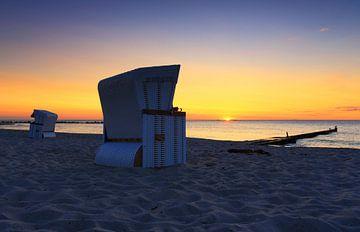 Strandstoelen bij zonsondergang