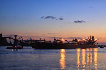 Avond in de haven van Peet de Rouw