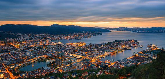 Sunset at Bergen as seen from Mount Floyen, Norway. van Henk Meijer Photography