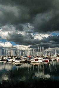 Wolkenlucht boven jachthaven Breskens