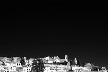 Lissabon Blick auf die Stadt Schwarz Weiß von Jan Brons