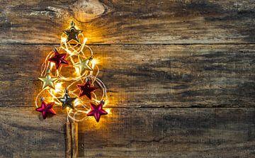Feestelijke heldere kerstboomverlichting met rode en gouden ornamenten van Alex Winter