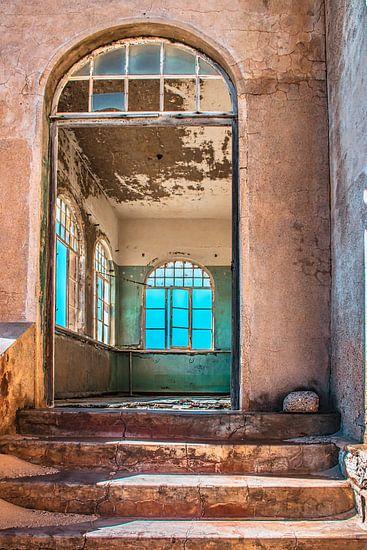 Interieur van een verlaten huis in Kolmanskop,Namibië