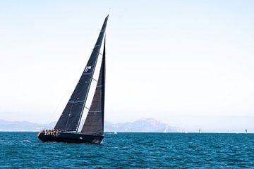 Zwart zeiljacht tijdens Voile de St Tropez van Rolf van de Wal