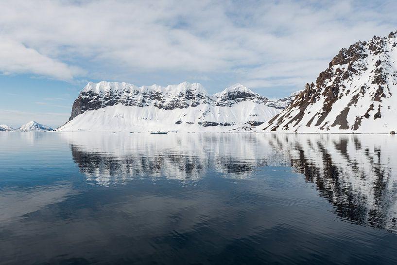 Diep in het fjord is het water rustig en reflecteert het landschap van Gerry van Roosmalen