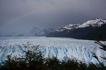 Perito Moreno leuchtet unter dem Regenbogen von Bianca Fortuin