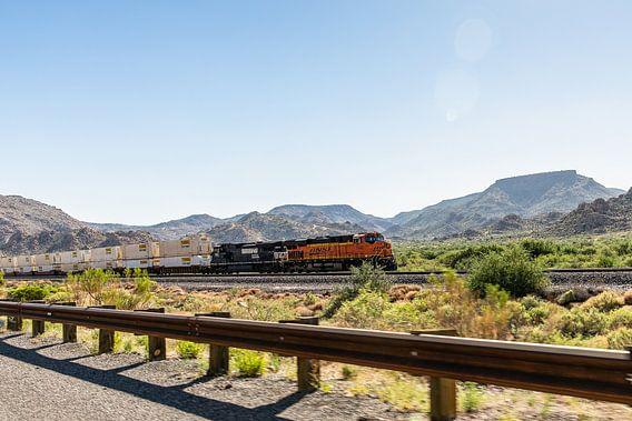Goederentrein onderweg door het woeste landschap van Arizona.