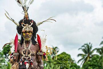 Traditioneel geklede man op weg naar festival in Papua Nieuw Guinea. van Ron van der Stappen