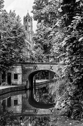De Brigittenbrug over de Nieuwegracht in Utrecht met zicht op de Dom (zwart-wit) van