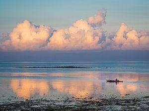 Een visser op pad in de ochtendzon op de wateren van Moalboal Filipijnen van Rik Pijnenburg