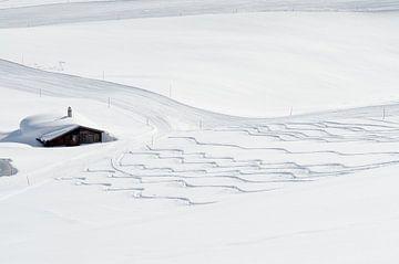 Verse sporen in de sneeuw van