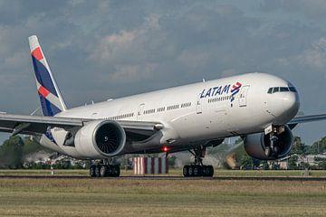 Touchdown! Een Boeing 777-300 van LATAM Airlines landt op de Polderbaan. van Jaap van den Berg