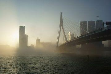 Erasmusbrug in de mist van Michel van Kooten