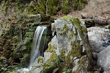 Een waterval tussen de stenen van Philipp Klassen