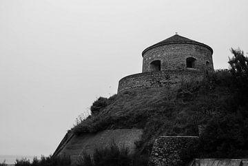 Uitkijk en/of verdedigingstoren in Port-en-Bessin (zwart-wit) van Desiré Assendelft