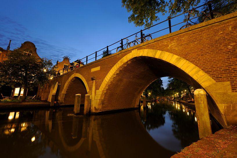 De Vollersbrug over de Oudegracht in Utrecht van Donker Utrecht