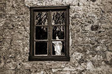 Heilig Hartbeeld  houd de wacht achter raam von John Kreukniet