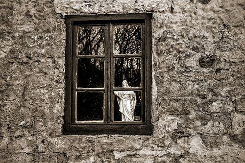 Heilig Hartbeeld  houd de wacht achter raam