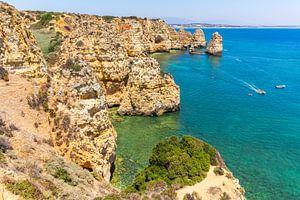 Kust in Portugal met rotsen en blauwe zee van