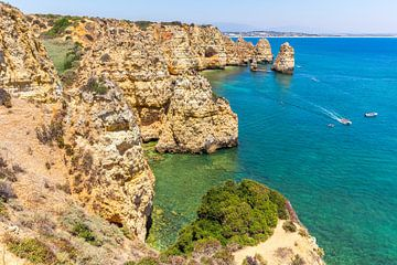 Küste in Portugal mit Felsen und blauem Meer von Ben Schonewille