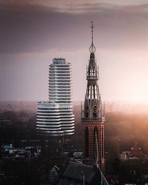 Stad van contrasten (DUO gebouw, Sint Jozefkathedraal, Groningen) van Harmen van der Vaart