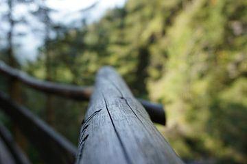 Houten reling in de bergen von Robert van Nieuwaal