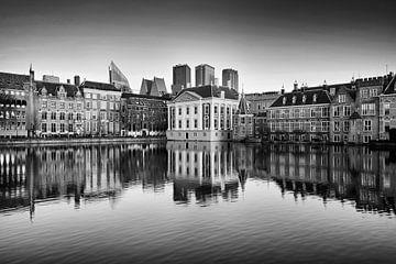 Skyline von Den Haag mit Spiegelung im Wasser in Schwarz-Weiß