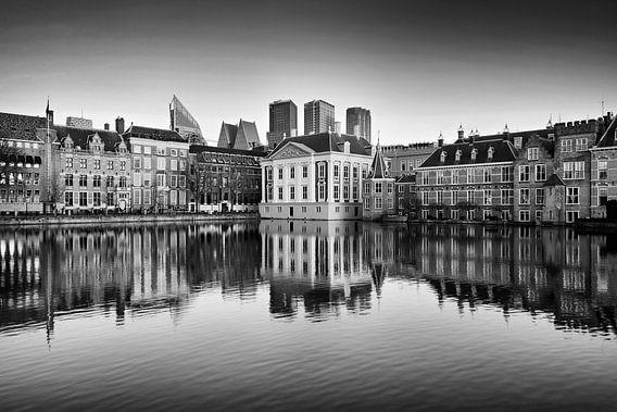 Skyline van Den Haag met reflectie in zwart-wit