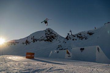 Skifahrer fliegt hoch über die Berggipfel von Hidde Hageman