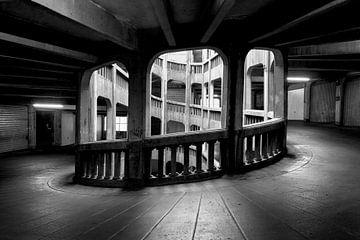 garage de stationnement en noir et blanc sur