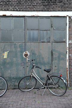 Damesfiets voor deuren van werkplaats - haven Delft van Mariska van Vondelen