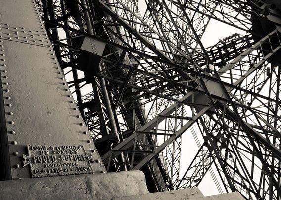 Close-up Eiffeltoren Parijs. van Hennnie Keeris