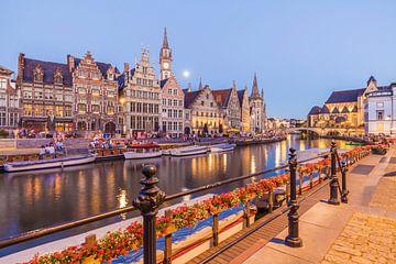 rij huizen aan de Graslei in Gent in de avonduren van Werner Dieterich