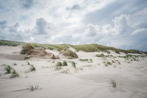 Donkere wolken boven de duinen op  het Noordzeestrand bij Slufter op Texel van LYSVIK PHOTOS