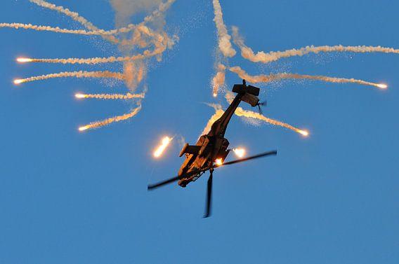 AH-64D Apache met flares (2)