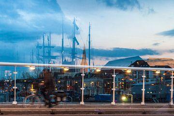 Reflektierende Silhouetten von Schiffen, Häusern und Skyline in Glas wal von Fotografiecor .nl