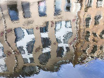Weerspiegeling van grachtenpanden in water van Petra Cremers