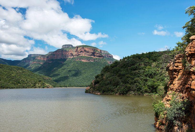het meer bij de swadini dam met op de achtergrond de drakensbergen van Compuinfoto .