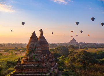 Luchtballonnen boven de tempels van Bagan, Myanmar van Teun Janssen
