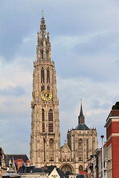 Toren van de Onze-Lieve-Vrouwekathedraal in Antwerpen van Dennis van de Water