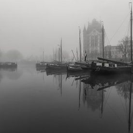 Oude haven in de mist bij zonsopkomst sur Ilya Korzelius