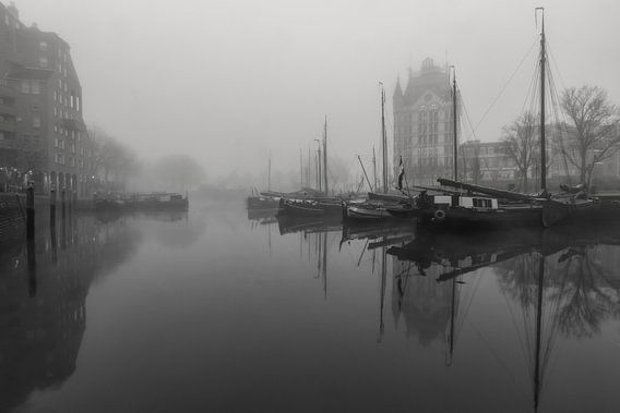 Oude haven in de mist bij zonsopkomst